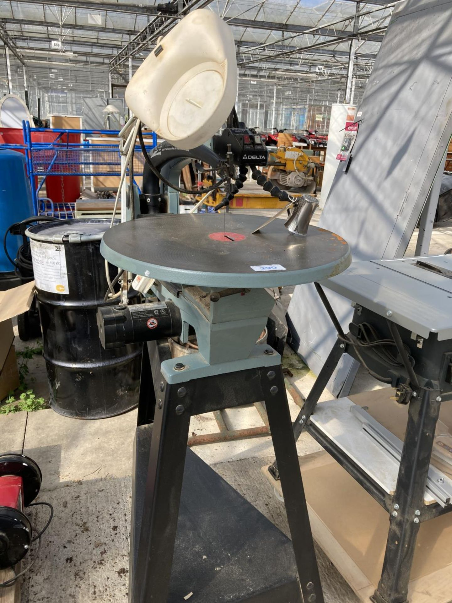A DELTA 18 INCH VARIABLE SPEED SCROLL SAW ON WHEELS NO VAT