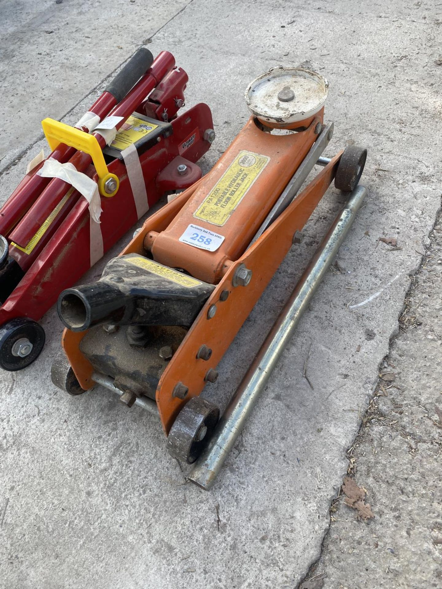 TWO TROLLEY JACKS ONE 2000KG AND ONE 3000LB CAPACITY NO VAT - Image 3 of 5