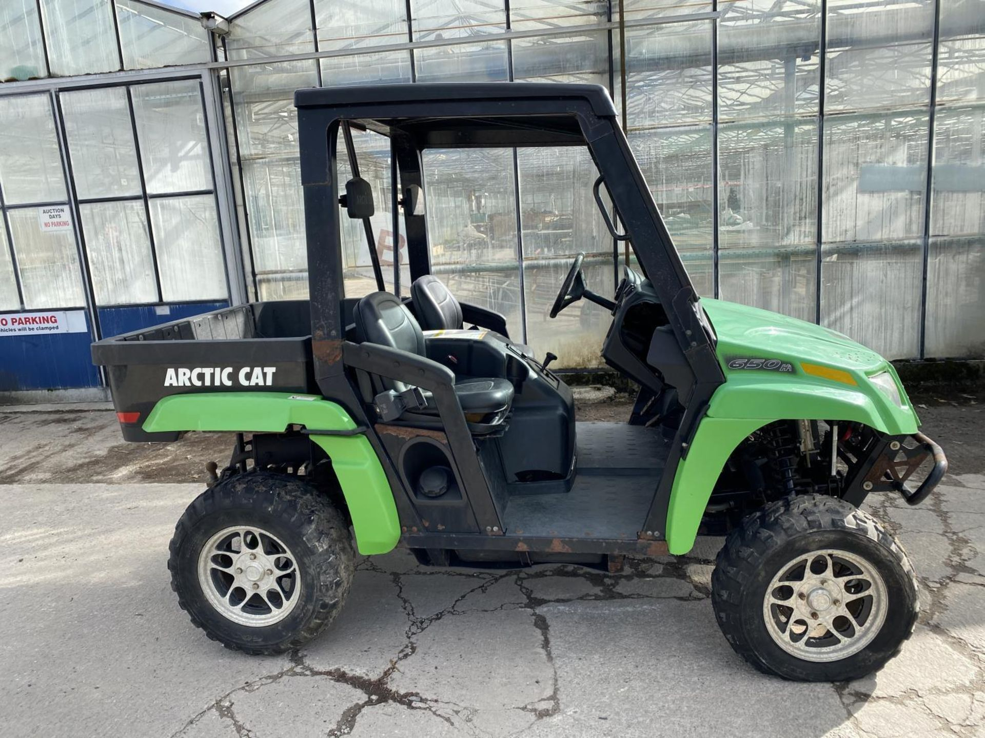 AN ARCTIC CAT QUAD - PETROL ENGINE - NEEDS A BATTERY BELIEVED IN WORKING ORDER NO WARRANTY -FLAT