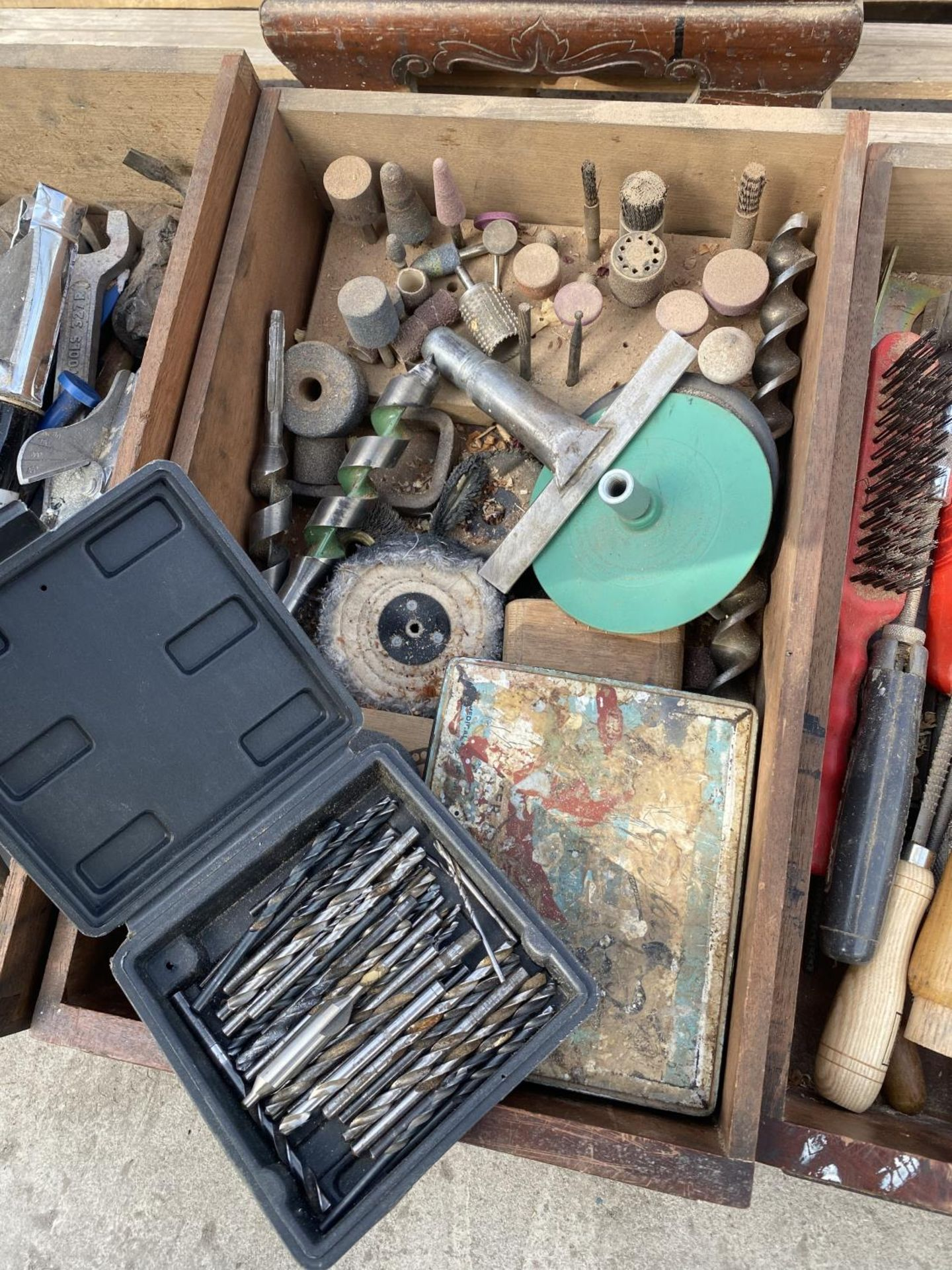 A WOOODEN FOUR DRAW CABINET AND CONTENTS TO INCLUDE TAP AND DIE, WIRE BRUSHES, AXE, TAPE MEASURES - Image 4 of 8