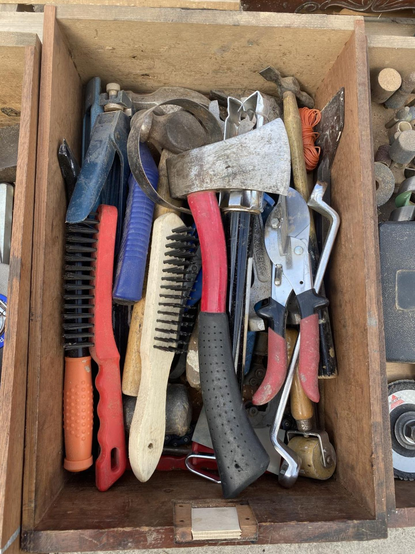 A WOOODEN FOUR DRAW CABINET AND CONTENTS TO INCLUDE TAP AND DIE, WIRE BRUSHES, AXE, TAPE MEASURES - Image 5 of 8