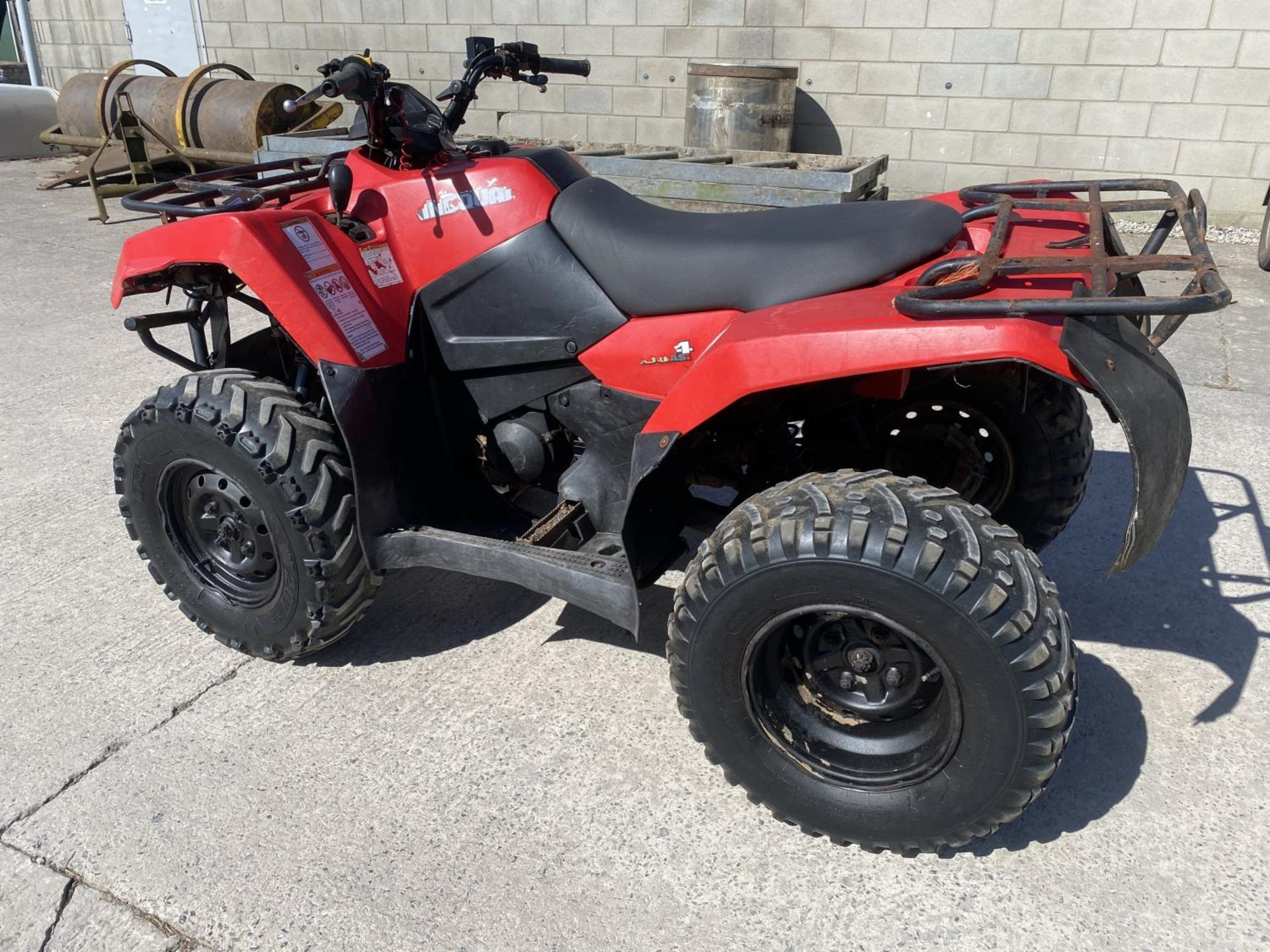 A 2013 SUZUKI KING QUAD, 400 CC AUTOMATIC - SEE VIDEO OF VEHICLE STARTING AND RUNNING - NO VAT