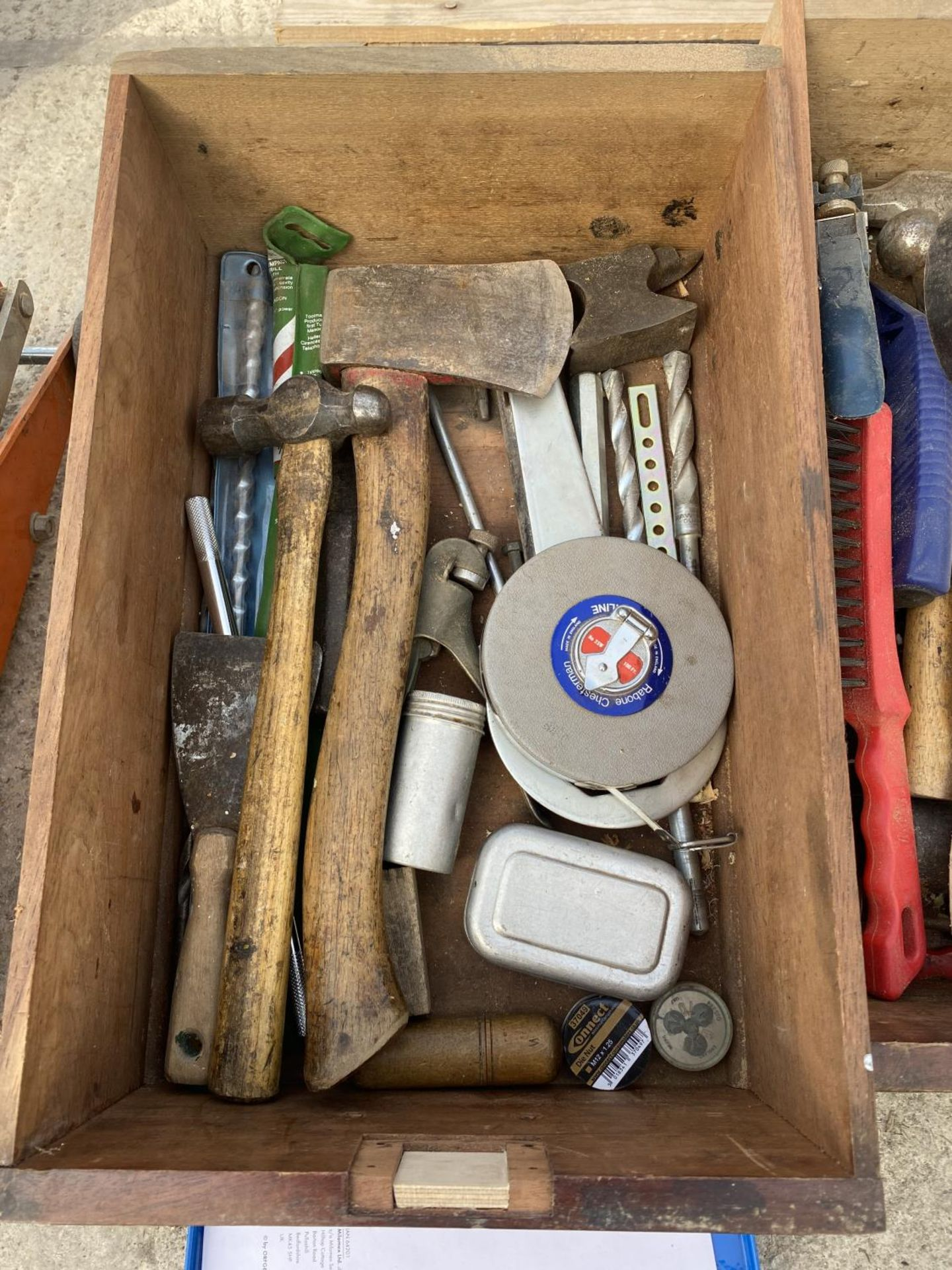 A WOOODEN FOUR DRAW CABINET AND CONTENTS TO INCLUDE TAP AND DIE, WIRE BRUSHES, AXE, TAPE MEASURES - Image 6 of 8