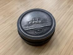A SNUFF BOX (ENGRAVED 1872) DEPICTING A HORSE RACE DIA:6.5CM