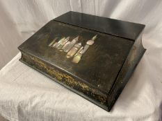 AN EBONISED LACQUERED WRITING SLOPE WITH MOTHER OF PEARL DECORATIVE DETAIL TO INCLUDE GLASS INK