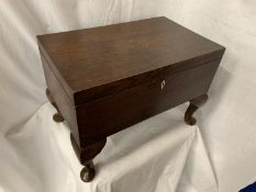 A VINTAGE MAHOGANY SEWING BOX TO INCLUDE THE CONTENTS OF A LARGE QUANTITY OF SEWING RELATED ITEMS H:
