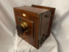 A LARGE MAHOGANY ENROS & CO VINTAGE CAMERA WITH BRASS DETAIL 31CM X 35CM X 29CM