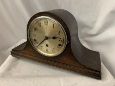 AN OAK NAPOLEON HAT MANTEL CLOCK, EIGHT DAY STRIKING COMPLETE WITH KEY H: 23CM