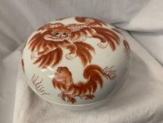 A LARGE LIDDED CERAMIC BOWL WITH ORIENTAL LION FOO DOG PAINTED DECORATION AND ORIENTAL MARKINGS DIA: