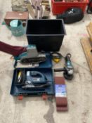 AN ASSORTMENT OF POWER TOOLS TO INCLUDE A BELT SANDER, A BOSCH JIGSAW AND A MAKITA GRINDER ETC
