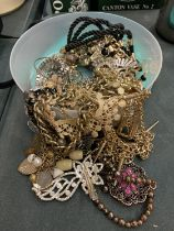 AN ASSORTMENT OF COSTUME JEWELLERY TO INCLUDE THE MAJORITY NECKLACES
