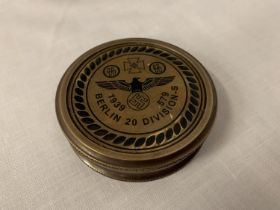 A BRASS GERMAN STYLE COMPASS ENGRAVED 'BERLIN 20 DIVISION - S' DIA: 7.5CM