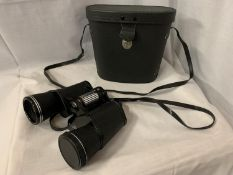 A PAIR OF BOOTS ADMIRAL II 10 X 50MM FULLY COATED BINOCULARS
