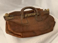 A VINGTAGE LEATHER GLADSTONE BAG WITH BRASS DETAIL L:41.5CM