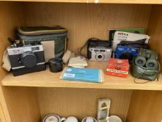 AN ASSORTMENT OF VINTAGE CAMERA EQUIPMENT AND BINOCULARS TO INCLUDE A RICOH 500 ST CAMERA ETC
