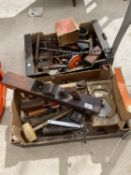 AN ASSORTMENT OF VINTAGE HAND TOOLS TO INCLUDE BRACE DRILLS AND PLANES ETC