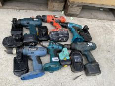 AN ASSORTMENT OF VARIOUS BATTERY DRILLS TO INCLUDE MAKITA AND BLACK AND DECKER TO ALSO INCLUDE