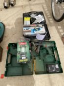 AN ASSORTMENT OF ITEMS TO INCLUDE A MACHINE VICE, BOSCH DRILL AND COLEMAN LANTERN ETC