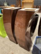 A PAIR OF DECORATIVE BROWN CURVED FIBRE GLASS PLANTERS (H:120CM)