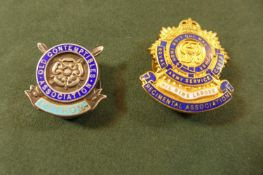 A HALLMARKED SILVER AND ENAMEL OLD CONTEMPTIBLES ASSOCIATION PATRONS BADGE AND A GILT METAL RASC