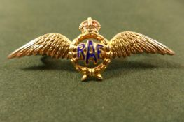 A 9CT GOLD AND ENAMEL RAF SWEETHEART BADGE. WEIGHT 3.38G MARKED TLM