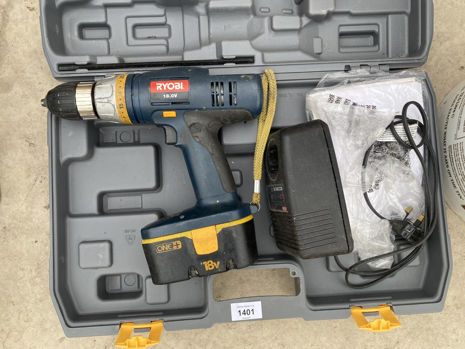 A RYOBI 18V BATTERY DRILL WITH CHARGER