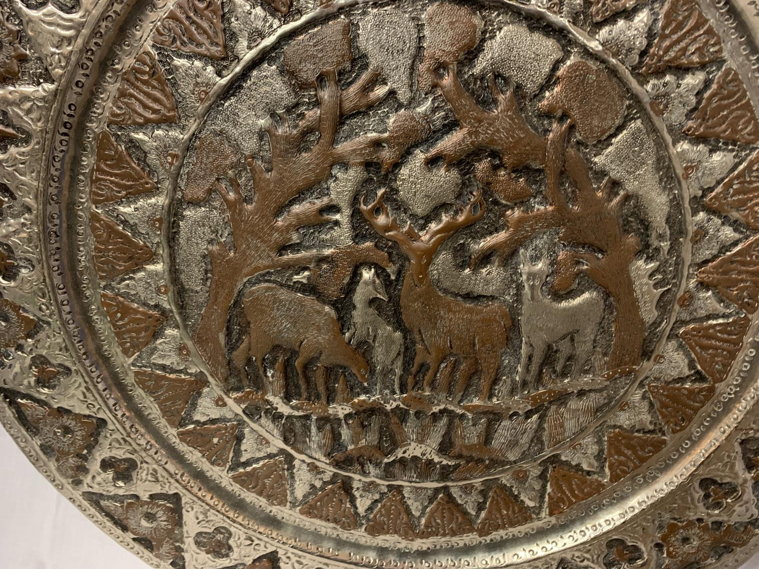 A LARGE MIDDLE EASTERN / ORIENTAL WHITE METAL CHARGER WITH FIGUAL DESIGN - Image 2 of 2