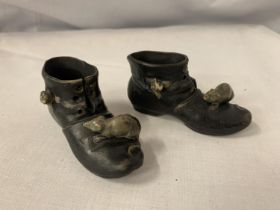 A VINTAGE PAIR OF CERAMIC BOOTS WITH MICE SIGNED 560171
