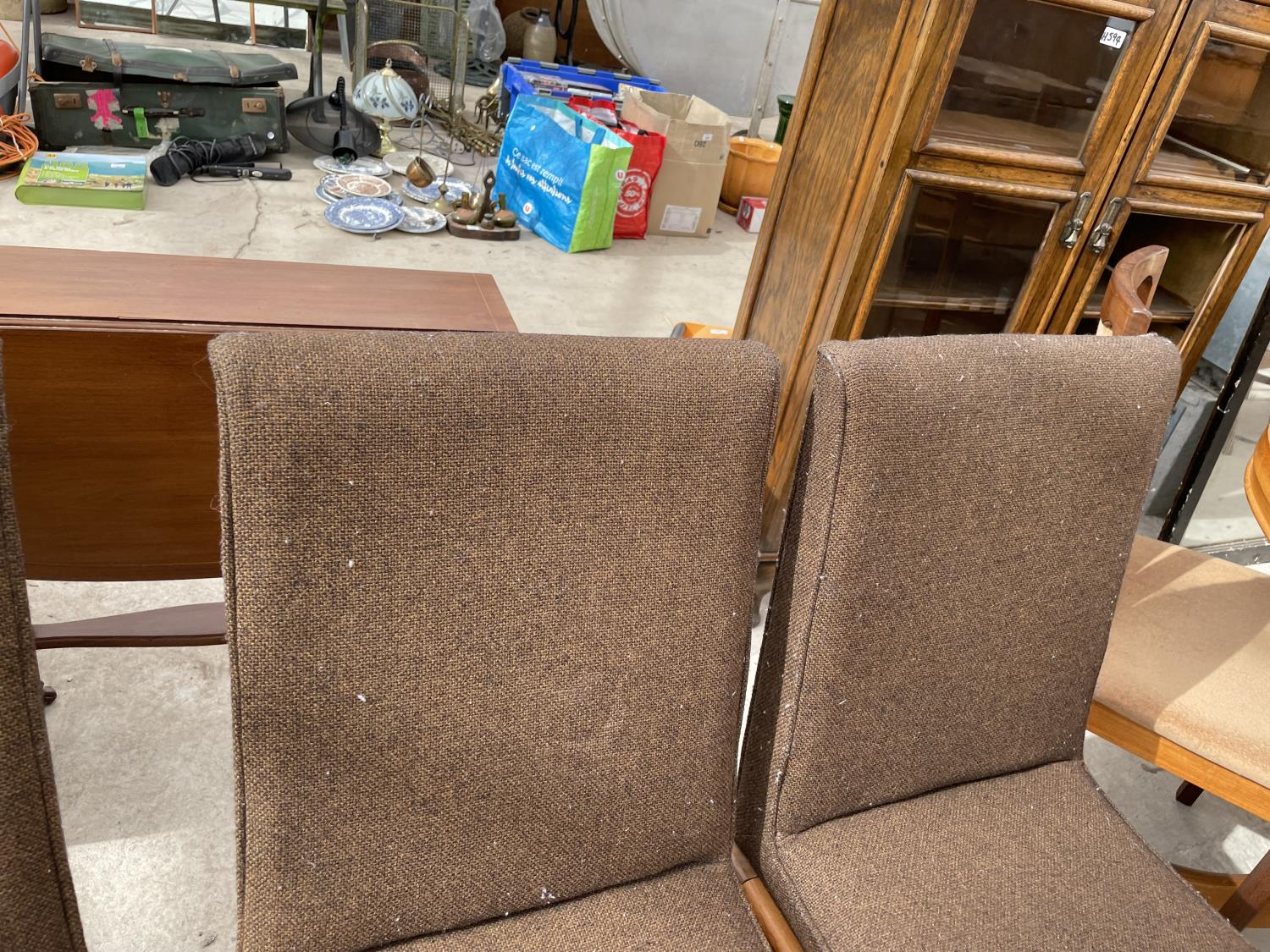 A SET OF SIX RETRO DINING CHAIRS WITH UPHOLSTERED BACKS AND SEATS - Image 6 of 8
