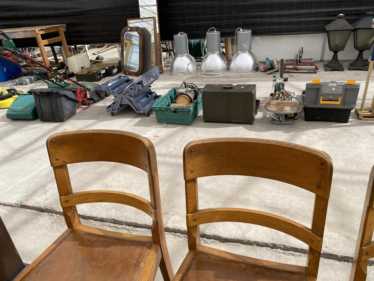A SET OF MID 20TH CENTURY OAK DINING CHAIRS - Image 4 of 5
