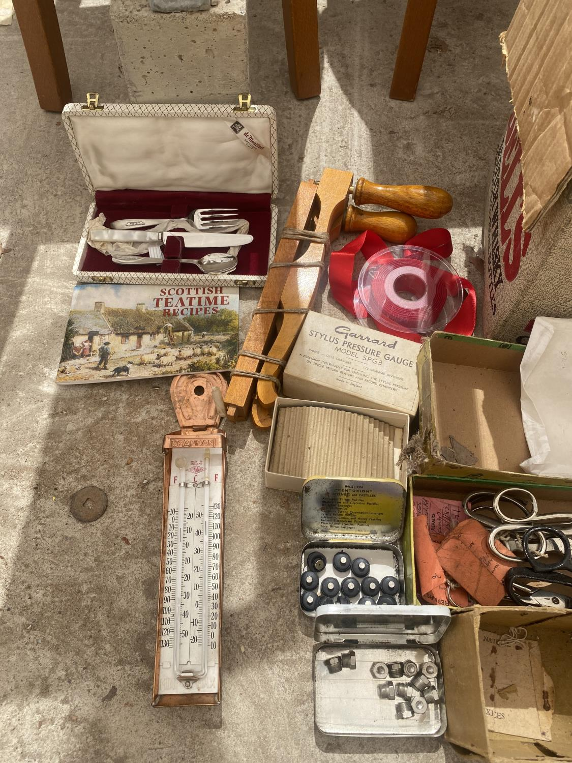 AN ASSORTMENT OF SEWING ITEMS TO INCLUDE MATERIAL, SCISSORS ETC - Image 3 of 4