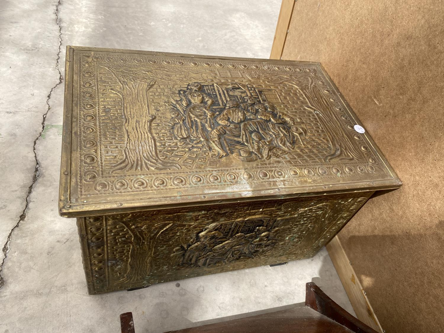 A BRASS LOG BOX, A WOODEN COAL BOX A MIRROR AND AN OIL LAMP - Image 3 of 5