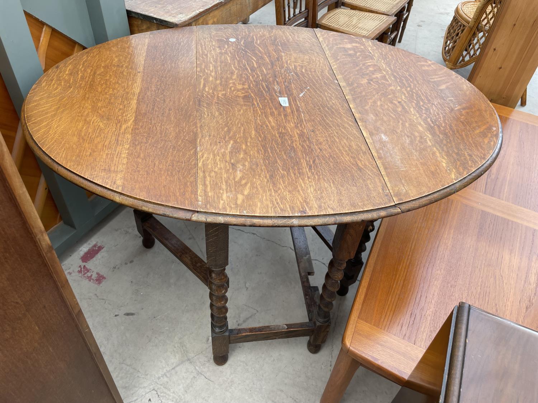 AN EARLY 20TH CENTURY OAK GATELEG TABLE ON BARLEYTWIST LEGS