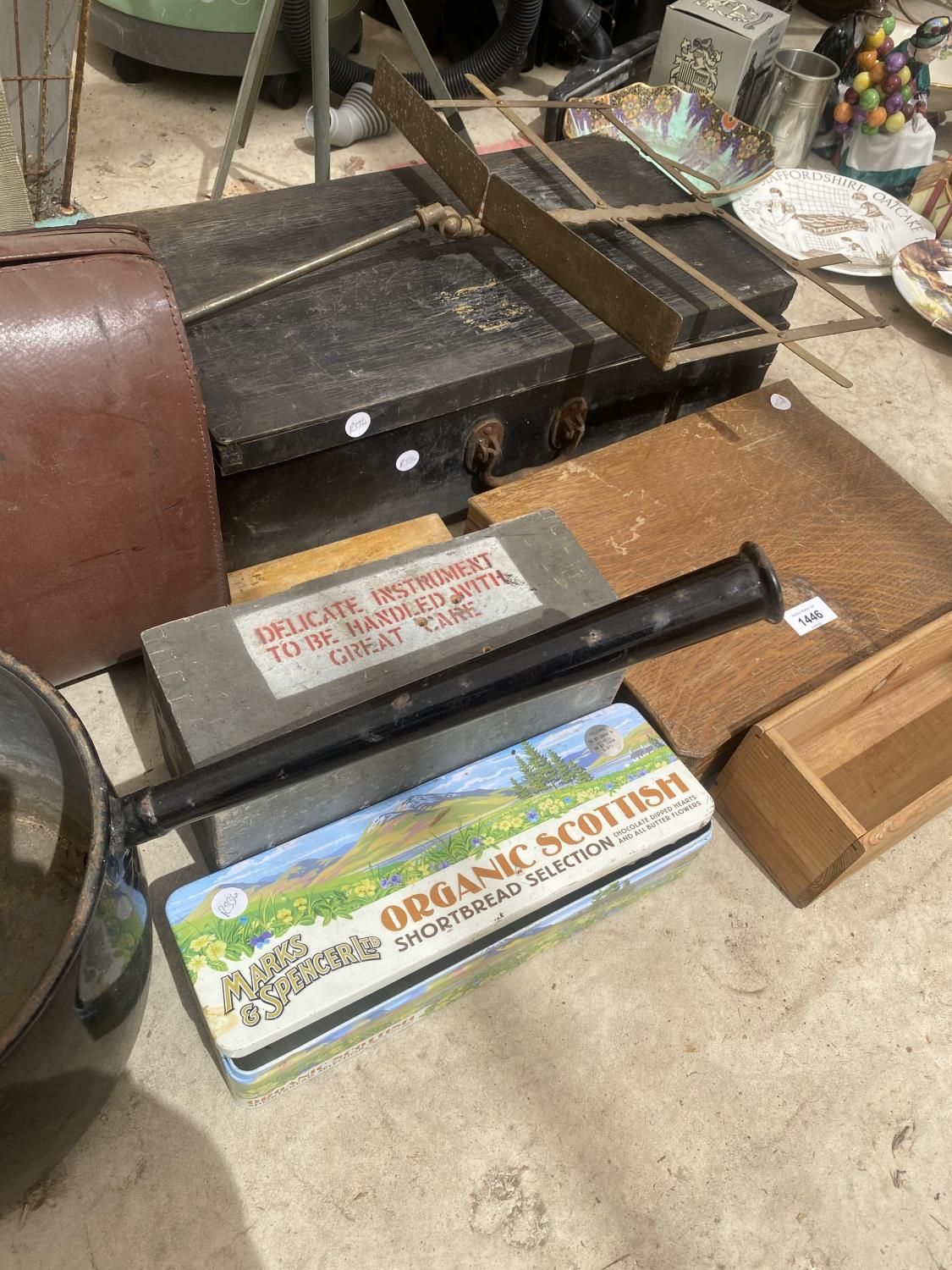 AN ASSORTMENT OF ITEMS TO INCLUDE A LARGE PAN, TRAVEL CASES AND TREEN CHESTS ETC - Image 3 of 5