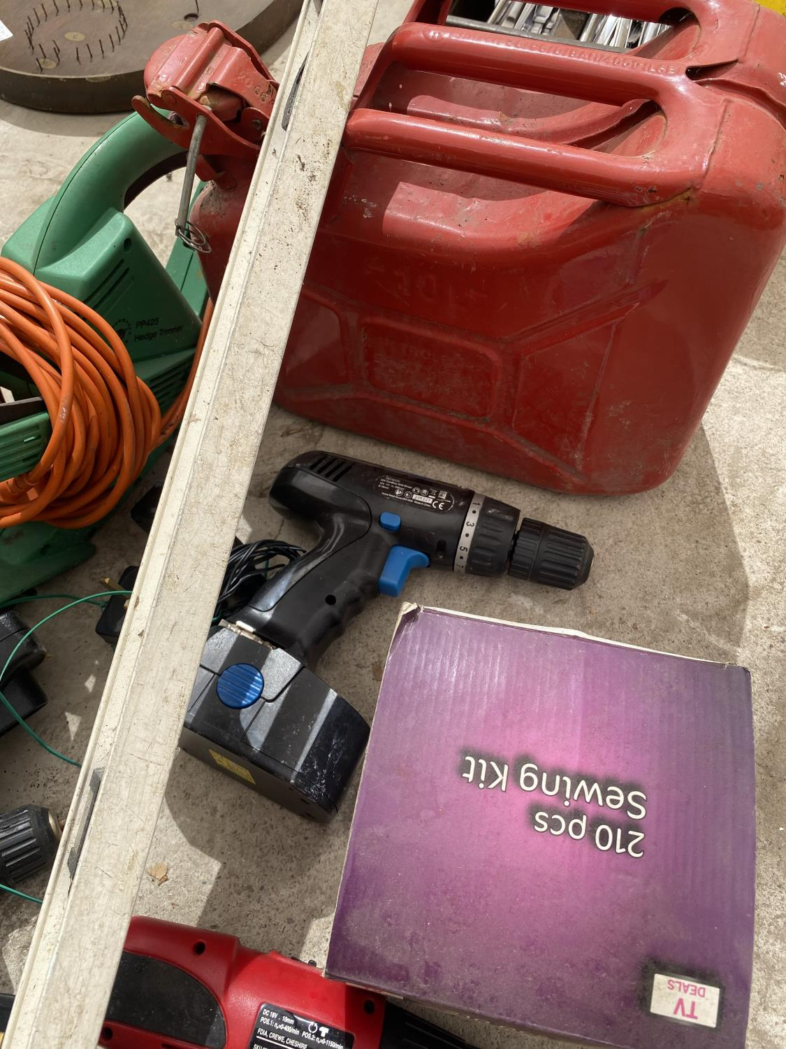 AN ASSORTMENT OF TOOLS TO INCLUDE BATTERY DRILLS, AN ELECTRIC HEDGE TRIMMER AND A FUEL CAN ETC - Image 2 of 4