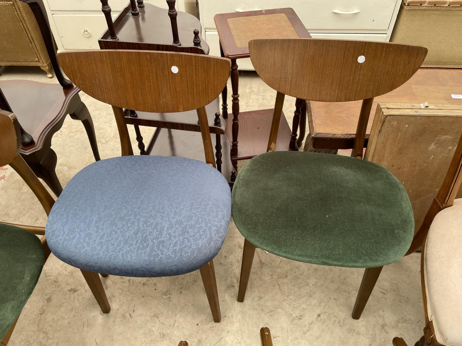 A SET OF FIVE MID 20TH CENTURY STYLE DINING CHAIRS WITH WHALE FIN BACKS - Image 4 of 10
