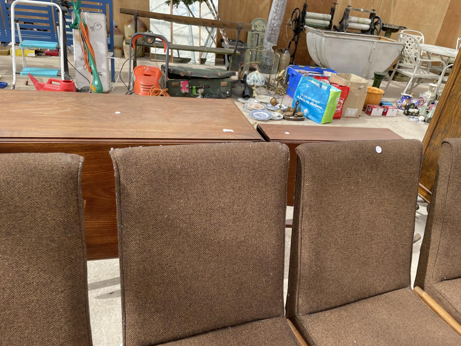 A SET OF SIX RETRO DINING CHAIRS WITH UPHOLSTERED BACKS AND SEATS - Image 4 of 8