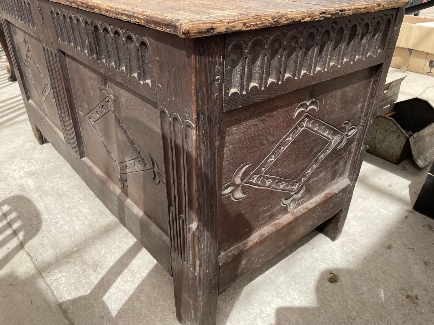 A 19TH CENTURY OAK BLANKET CHEST - Image 5 of 7