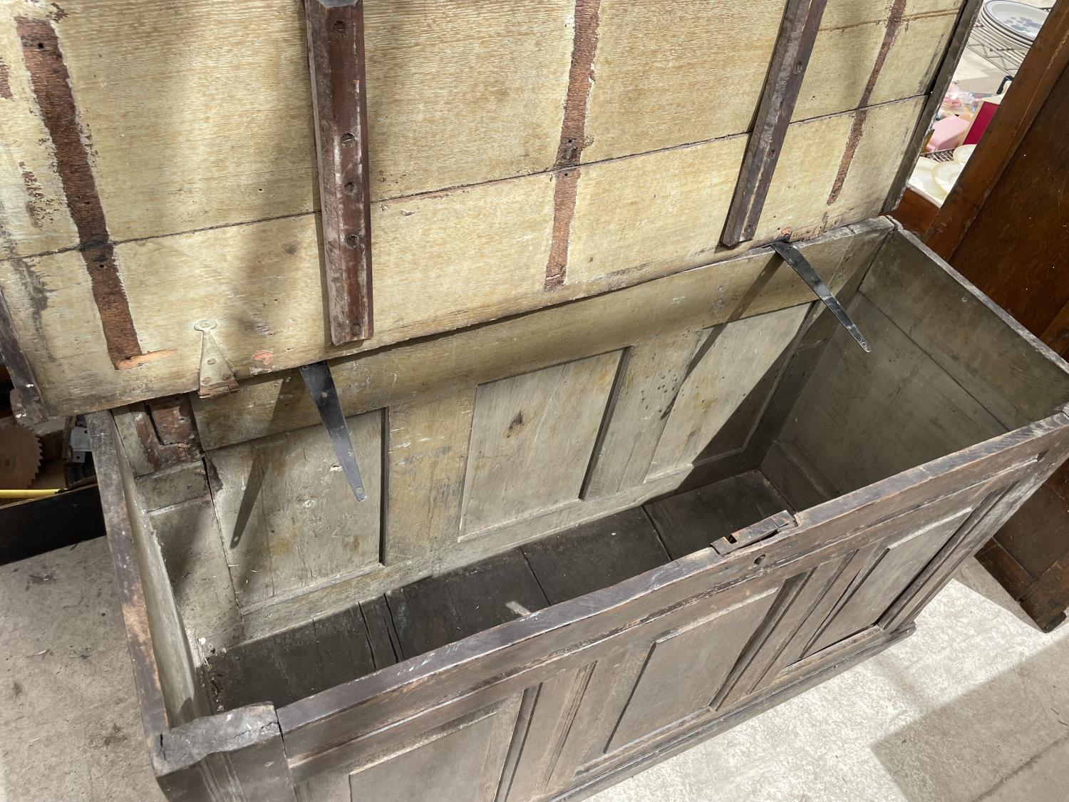 A GEORGE III OAK BLANKET CHEST (REQUIRES HINGES RE-AFFIXING) - Image 6 of 6