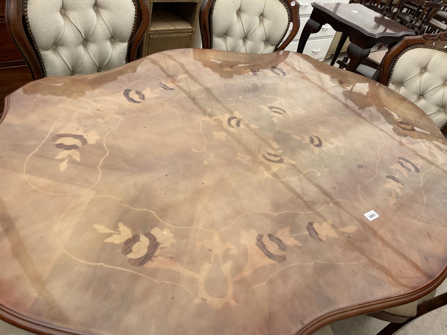 AN ITALIAN STYLE DINING TABLE AND SIX BUTTON-BACK CHAIRS, TWO BEING CARVER - Image 2 of 8