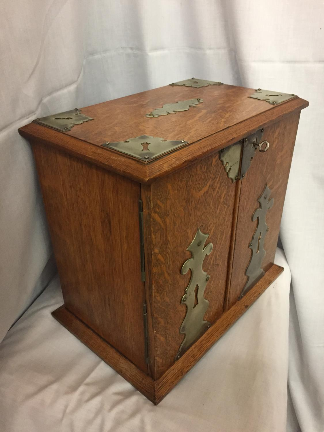 AN EDWARDIAN OAK SMOKING ROOM COMPENDIUM DATED 1921 HEIGHT 32CM - Image 4 of 4