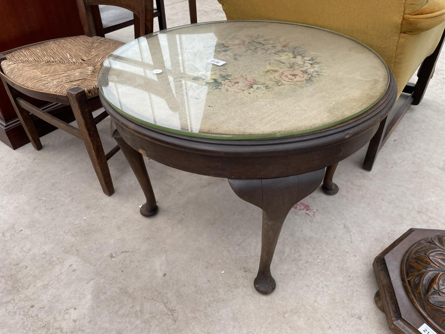 """AN EDWARDIAN 23"""" DIAMETER COFFEE TABLE ON CABRIOLE LEGS WITH TAPESTRY TOP"""