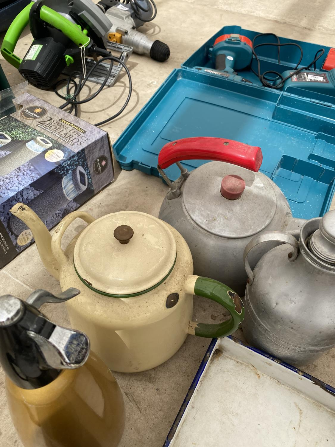AN ASSORTMENT OF ITEMS TO INCLUDE KETTLES AND A SODA SYPHON ETC - Image 3 of 4