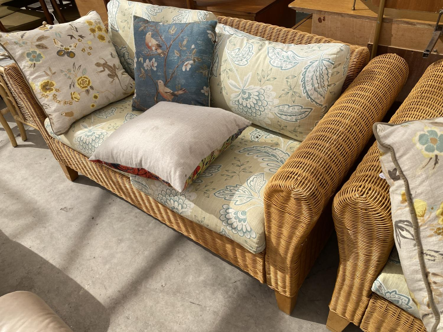 A MODERN WICKER CONSERVATORY SETTEE AND EASY CHAIR WITH FIVE LOOSE CUSHIONS - Image 3 of 4