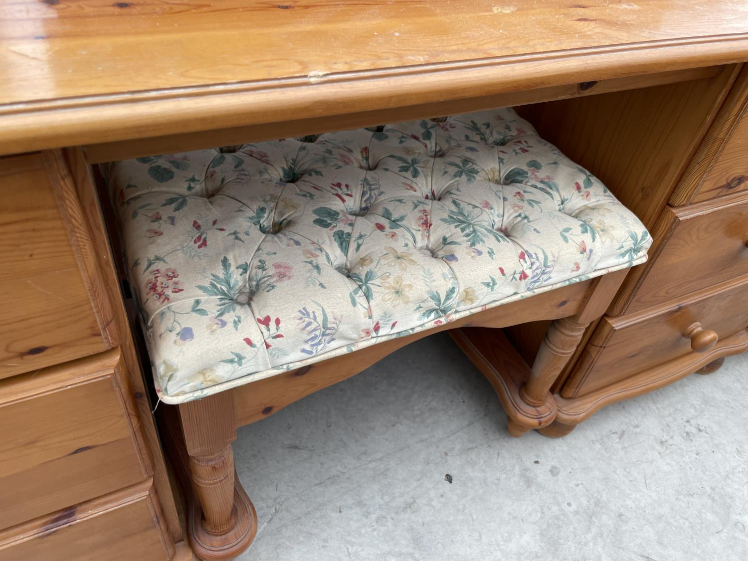 A MODERN PINE DRESSING TABLE WITH MIRROR, STOOL AND TWO BEDSIDE TABLES - Image 5 of 7