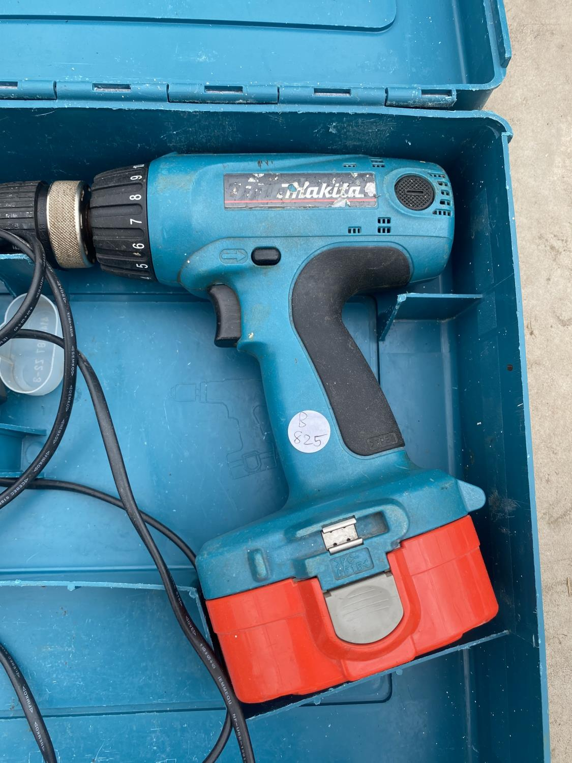 A MAKITA BATTERY DRILL WITH SPARE BATTERY AND CHARGER - Image 2 of 3