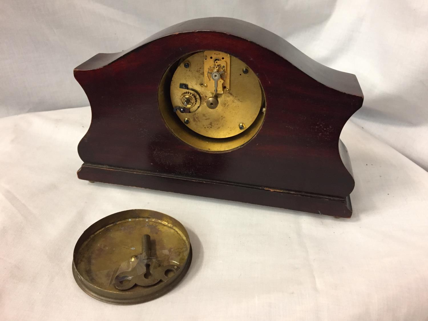 AN INLAID MAHOGANY MANTLE CLOCK WITH GILDED CENTRE FACE AND ENAMEL DIAL - Image 4 of 4