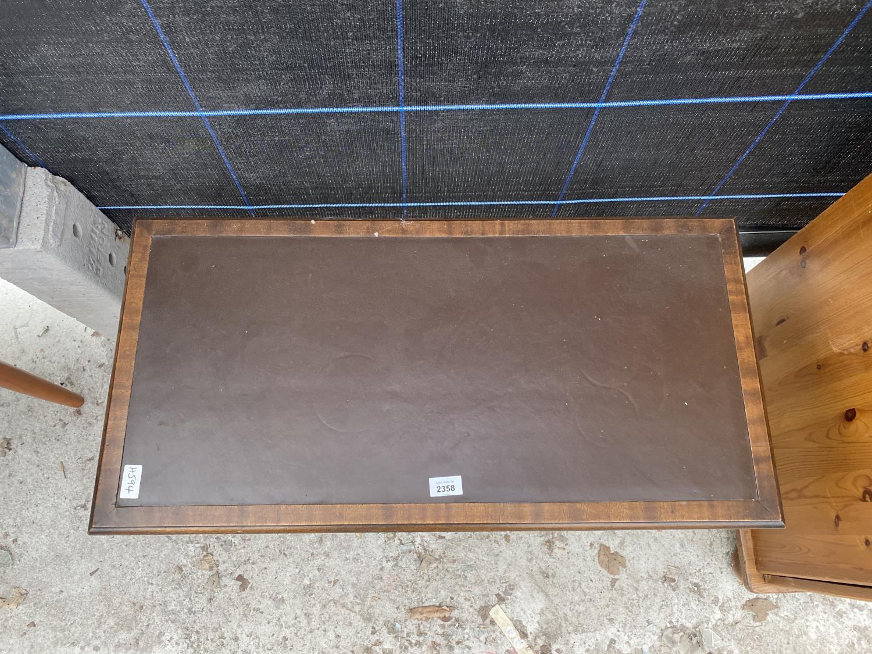 A REPRODUCTIION MAHOGANY COFFEE TABLE - Image 4 of 4