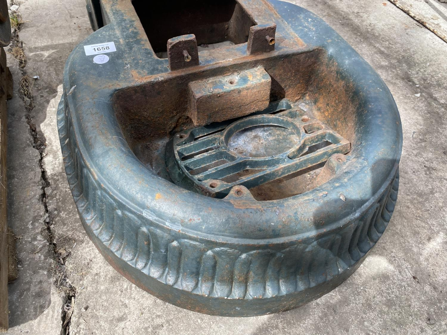 A VINTAGE CAST IRON WATER PUMP - Image 4 of 5