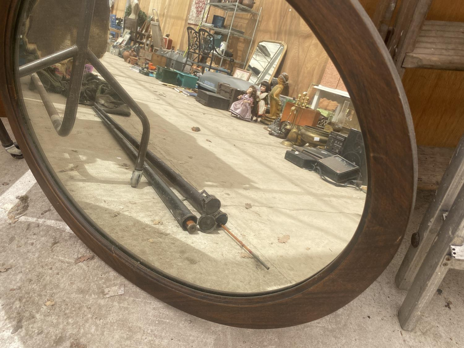 A WOODEN FRAMED OVAL MIRROR - Image 2 of 3